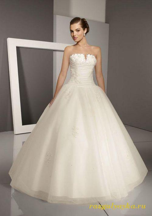 Крой свадебного платья в таком стиле также может подойти практически всем невестам. Вертикальные швы, проходящие сверху вниз, способны сделать гармоничным